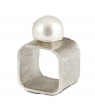 QÚA - Silver ring with pearl.